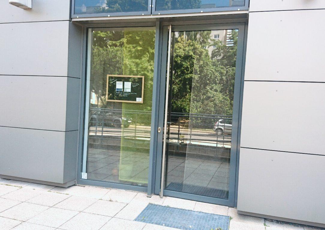 Unser Büroeingang befindet sich links neben dem Haupteingang des Wohngebäudes Am Seeufer 8. Dieser ist mit einem behindertengerechten Zugang ausgestattet.