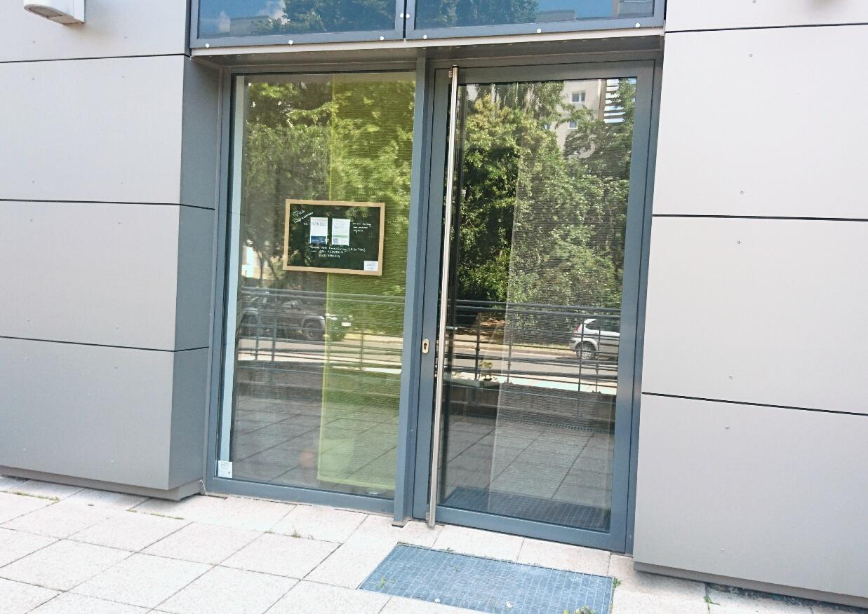 Unser Eingang, direkt links neben dem Haupteingang